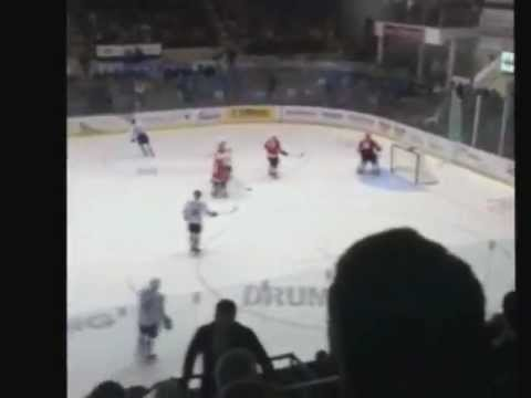 Vitre du Centre Marcel Dionne brise pendant le match de la tournée des joueurs de la LNH