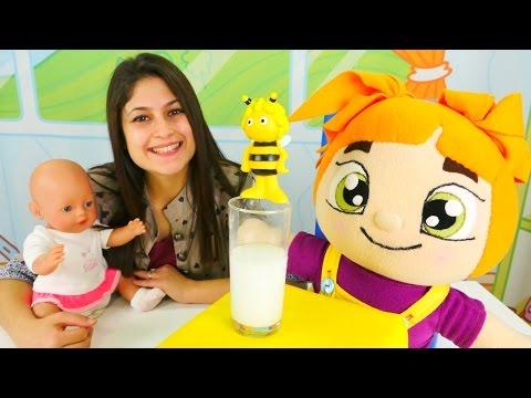 Ayşe Lili'ye ballı süt hazırlıyor. #Ayşe, Gül ve Lili – bebek bakma ve yemek yapma oyunu!