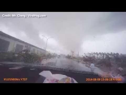 Tornado se lleva coche blanco.
