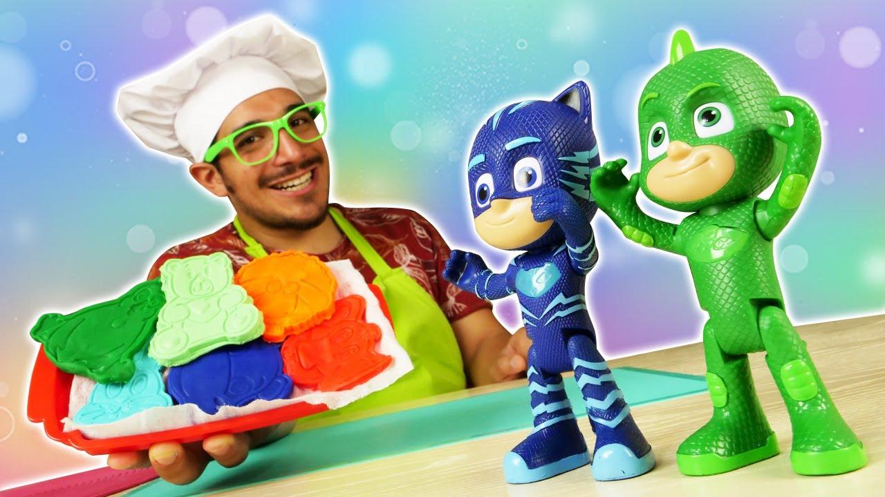 Los PJ Masks preparan galletas de Play Doh. ¿Quién tiene hambre? Cocina para niños con Play Doh.