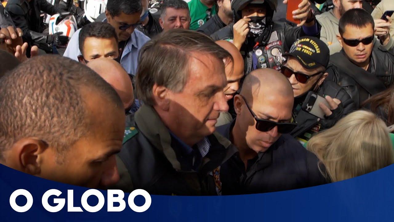 Bolsonaro faz motociata, aglomera e leva multa por não usar máscara em São Paulo