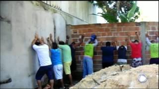 Após denúncia anônima, polícia flagra rinha de galo com 200 apostadores na Bahia