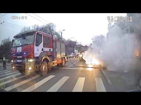 Rīgas pašvaldības policijas darbinieki nodzēš degošu automašīnu
