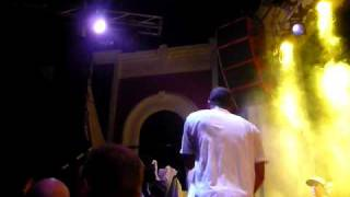 redman & method man live show 09 ..redman crushes fan after crowdsurfing
