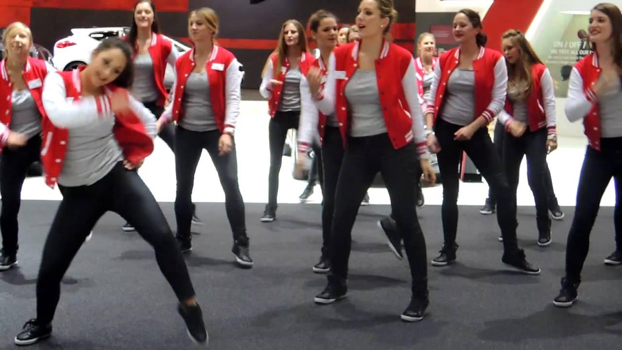 salon de l automobile de geneve 2013 danse des hotesses stand kia