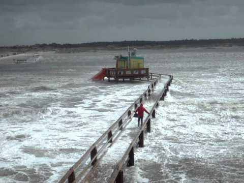 Von den Wellen mitgerissen