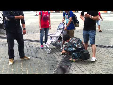 mainland chinese urinatiing in hong kong on public place