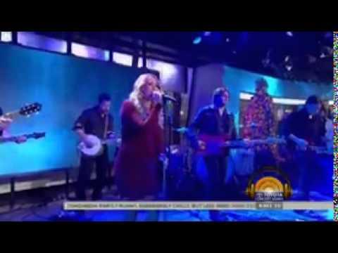 Pregnant Underwood sings 'Something in...