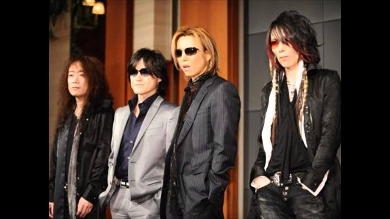 スーツ姿のメンバー4人が並んでいるX JAPANの画像