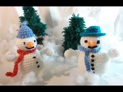 sur la table de Noël un bonhomme de neige au crochet