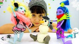 Новогоднее видео про куклы Монстер Хай (Monster High): лепим снеговика. Игры для девочек с Плей до