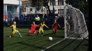 6-летний футболист бьет пенальти: что делает вратарь