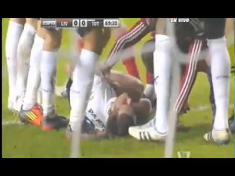 Luis Suarez kicks Scott Parker