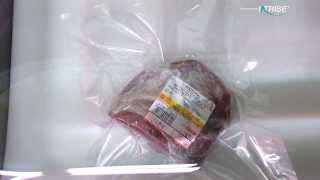 한우 소고기를 중형크기 챔버식 진공포장기로 포장