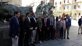 Pablo Casado y la dirección del PP, en el monumento al encierro en Pamplona