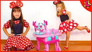 Laurinha finge brincar com seu novo brinquedo carrinho da minnie