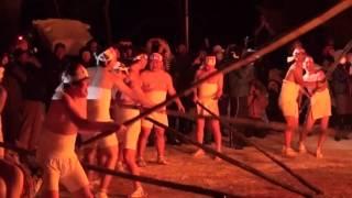 井桁に組んだまきを燃やし、火の粉の舞う方角で作柄を占う「サイトギ」...