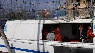 Los pescadores de Motril lanzan sus nasas en busca de quisquillas