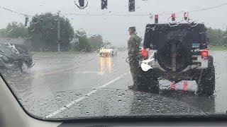 Soldat steigt trotz Regen aus seinem Auto - Als man erfährt warum, kommen einem die Tränen!