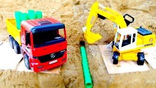 Juegos de camiones: la excavadora ayuda al camión con la repación de la carretera de montaña
