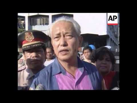 PHILIPPINES: MANILA: DEMOLITION TEAMS BEGIN TEARING DOWN SHANTIES