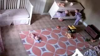 Dwuletnie dziecko ratuje swojego brata bliźniaka przygniecionego przez komodę !