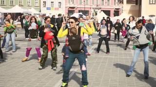 Flash mob cu BeBe Rostogol de International Baby Wearing Week 5-11 oct 2014