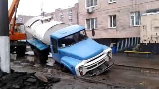 В Харькове ЗИЛ провалился под землю(, 2014-01-16T15:00:57.000Z)
