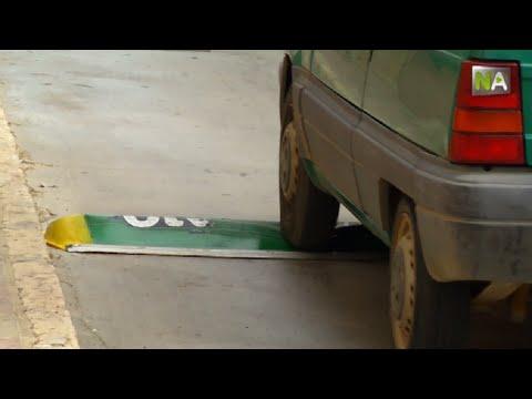En Andalousie, on a installé ces nouveaux ralentisseurs. Regardez ce qui se passe lorsque la voiture les touche