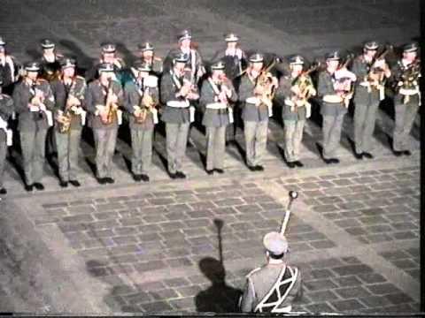 Großer Österreichischer Zapfenstreich beim Landhausplatz in Innsbruck, am 25.10.1995