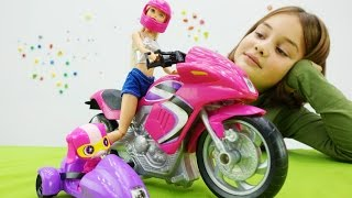 Видео для девочек. Барби дарят мотоцикл