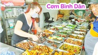 Chị Gái bán cơm tấm bình dân cứ sau 11h trưa xếp hàng đông nghẹt