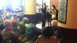 荻窪 老人介護施設にて、ボランティア音楽活動の一環として、複数の奏者...
