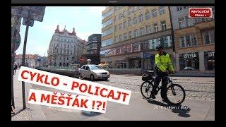 Měšťák na kole v akci | v Revoluční v Praze 1 thumbnail
