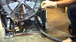 Как снять бак стиральной машины электролюкс\занусси. Видео №33(С помощью этого видео Вы узнаете как снять бак со стиральной машины Электролюкс\Заннуси. Так же Вы узнаете..., 2015-05-12T09:33:28.000Z)