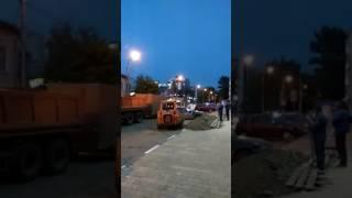 """Очевидцы: водитель """"Бобкэта"""" двигает мешающую ремонту """"Нексию"""" ковшом"""