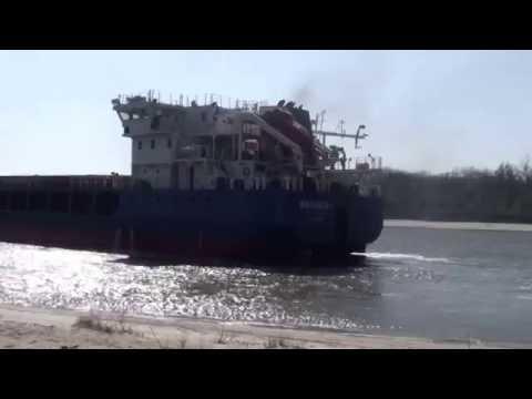 видео: баржа не вписалась в поворот на Дону