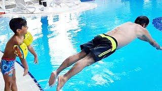 Babama havuza düşme şakası yaptım. I made a joke for my dad to fall into the pool.