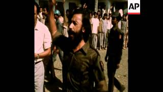 SYND 21-1-72 BANGLADESH GUERRILLA FIGHTERS GIVE UP ARMS IN DHAKA