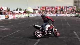 Piloto de verdade fazendo manobras arriscadas com a Moto