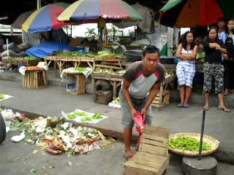 Sunday shopping at the Wet Market in Tarlac City, Philippines