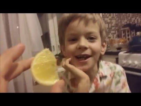Ребенок прикольно ест торт - HD видеохостинг Киносток