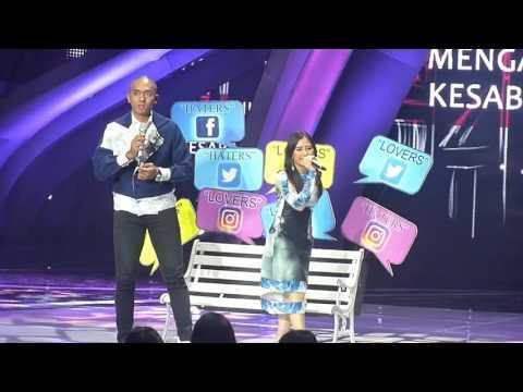 duet Prilly dan Uus at Indonesia Social Media Awards 2K16