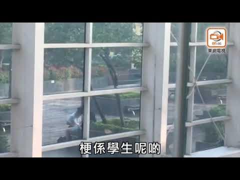 男女生商場平臺上演動作片 圍觀者:邊間學校? - YouTube