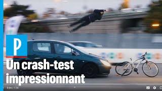 Crash-test: une démonstration choc pour alerter sur la fragilité des cyclistes
