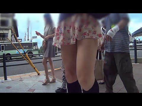 男の娘が超ミニスカで人混みに立ったThe boy who leaves for the way by a miniskirt