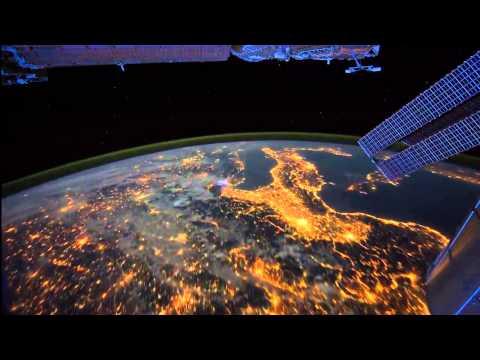 Как выглядит ночью из космоса  планета Земля