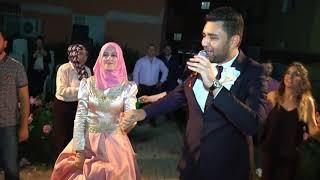 Düğünde şarkı söyleyen gelin ve damat