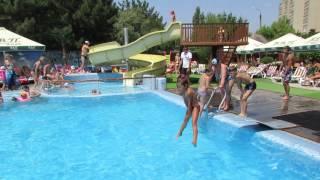 Улетный прыжок со шпагатом в бассейн АкваВВП