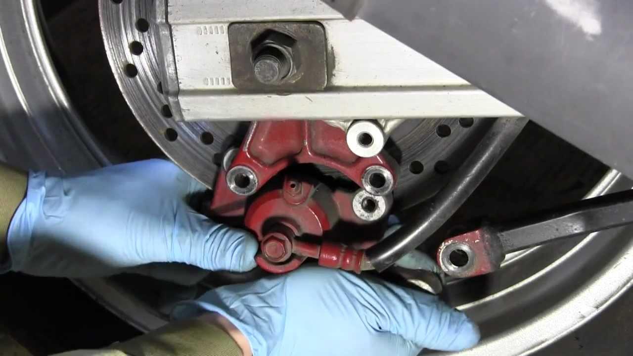 СВОИМИ РУКАМИ: Замена тормозных колодок Suzuki SV650